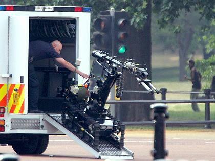 Bomben-Roboter im Einsatz: Am Queen Victoria Memorial wurde am Freitag eine Tasche sichergestellt