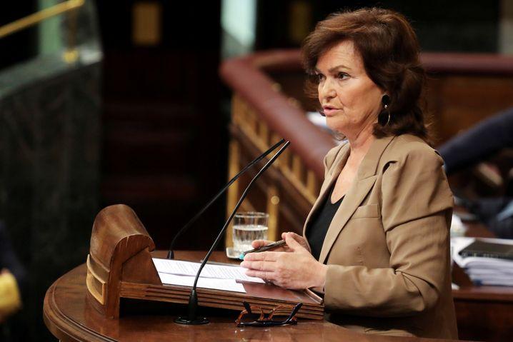 Die spanische Vize-Ministerpräsidentin Carmen Calvo ist am Sonntag mit einer Atemwegserkrankung ins Krankenhaus eingeliefert worden. Sie warte noch auf das Ergebnis ihres Corona-Tests, hieß es.