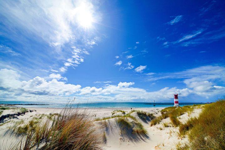Fast schon karibische Eindrücke: Der Südstrand mit Leuchtturm auf der Helgoländer Düne.