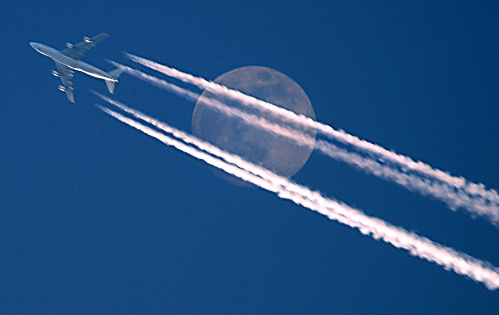 Steuern / Flugzeug / Kondensstreifen