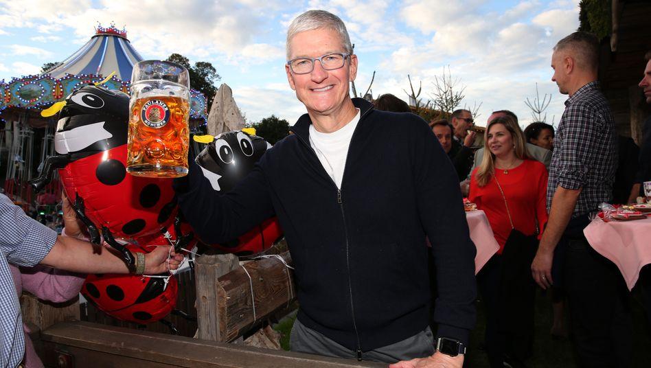 Kann auch bajuwarisch: Apple-Chef Tim Cook (hier beim Oktoberfest 2019) will den Standort München ausbauen