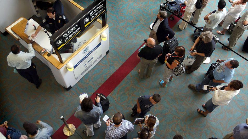 Passkontrolle am Flughafen Miami: Einreise für Geimpfte ab November wieder möglich