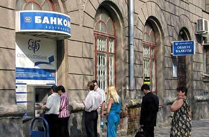 Alles, was der Automat hergibt: Russlands Banken stecken tief in der Vertrauenskrise