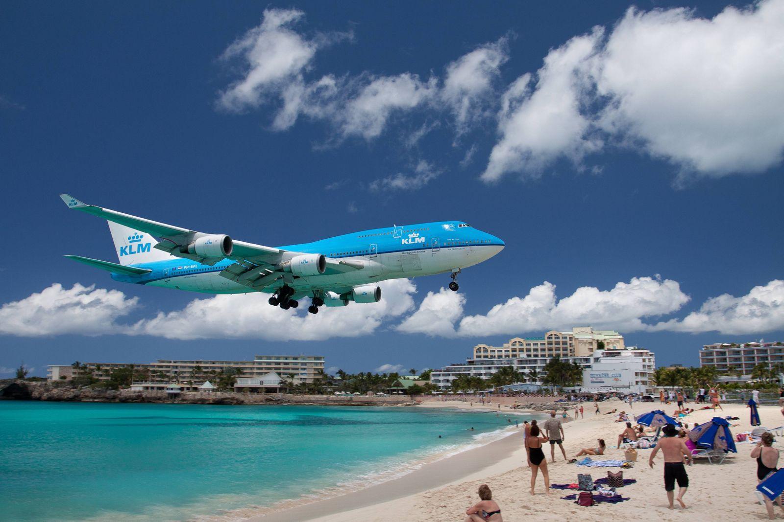 Landeanflug einer Boeing 747 der KLM über dem Strand von Saint Maarten, Insel Saint Maarten, Frankreich und Niederlande