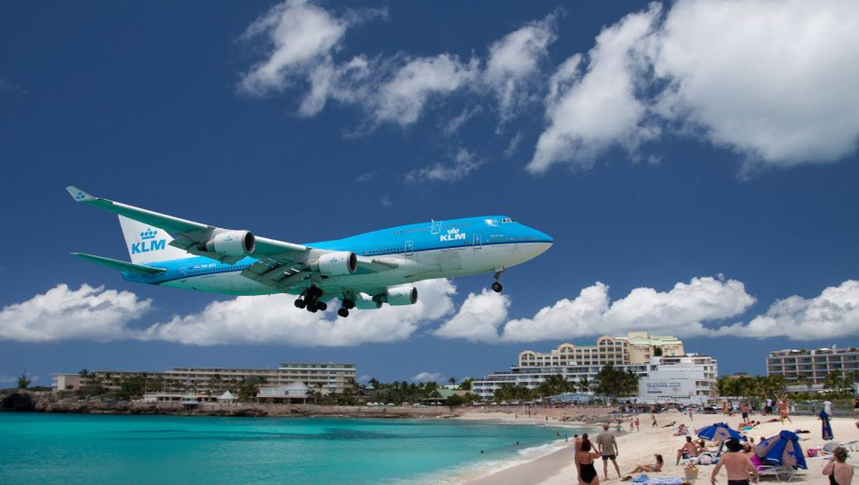 KLM-Jumbo im Anflug auf den Flughafen von Saint Maarten: Die vierstrahlige Ikone 747, deren Aus Boeing jüngst beschloss, ist zum Sinnbild der Luftfahrtkrise geworden