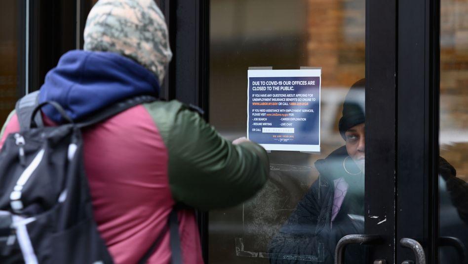 """Schild an einem geschlossenen Büro des Department of Labor, der US-Version der """"Arbeitsagentur"""""""