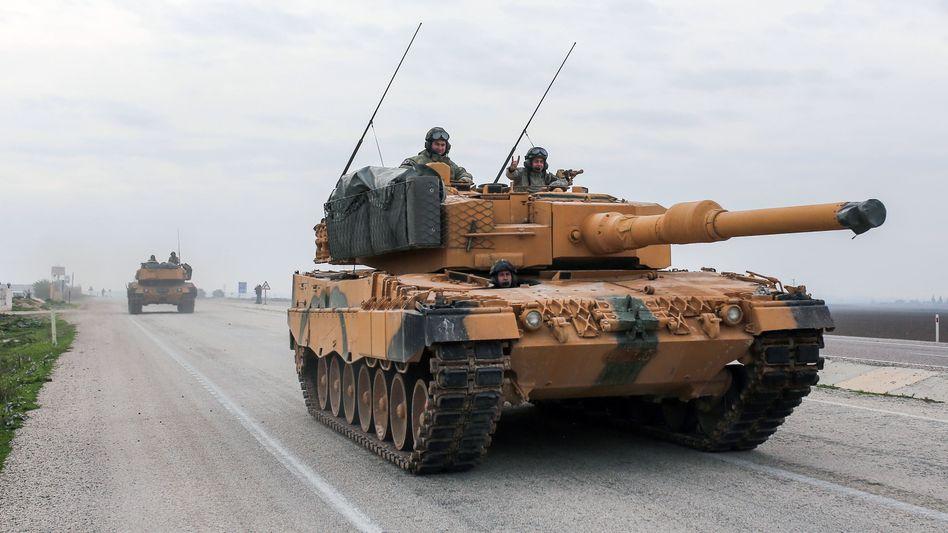 Ein türkischer Panzer Leopard 2A4 fährt: Die Türkei setzt deutsche Kampfpanzer in ihrem Feldzug gegen Kurdenmilizen ein