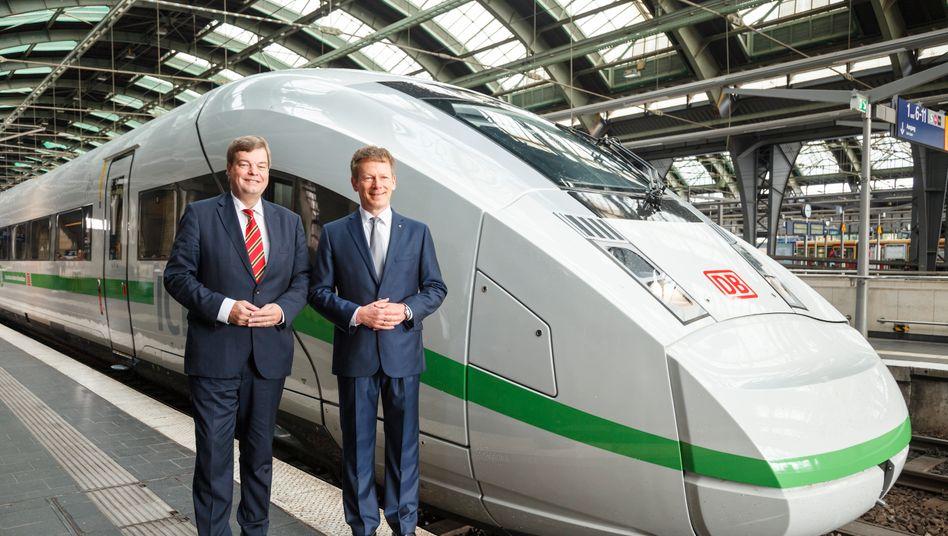 """Bahnchef Lutz (rechts), Staatssekretär Enak Ferlemann: Während die Güterbahn ständig Marktanteile an den Lkw verliert, lassen sich Lutz und Co als """"schnellste Klimaschützer"""" feiern - inklusiv grünem Umwelt-Streifen"""