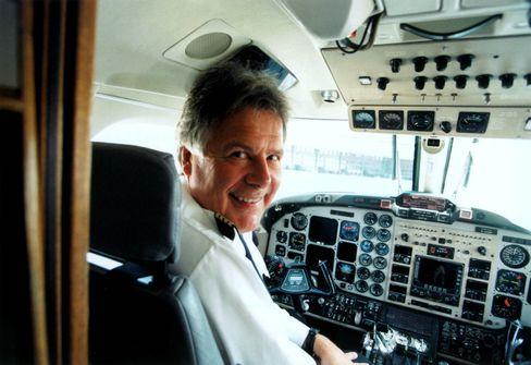 """König der Lüfte: Hans Rudolf Wöhrl, hier 2005 als Chef der Fluglinie Deutsche BA, sitzt noch immer gern im Cockpit. Dabei ist Wöhrl ein bodenständiger Typ, der den Kontakt zu seinen Mitarbeitern auf allen Ebenen sucht und das Rampenlicht seiner Frau, """"Höhle der Löwen""""-Star Dagmar Wöhrl, überlässt."""