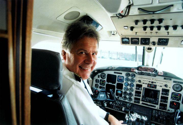 König der Lüfte: Hans Rudolf Wöhrl, hier 2005 als Chef der Fluglinie Deutsche BA, sitzt noch immer gern im Cockpit
