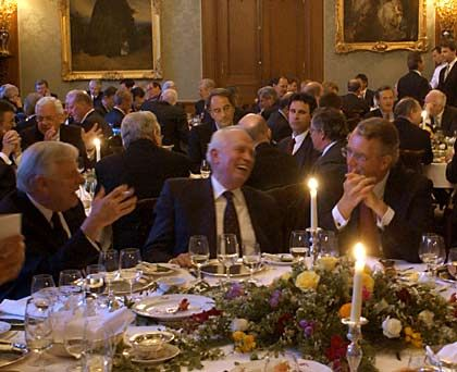 """Treffpunkt """"Hall of Fame"""": So viele Vorstandschefs großer Unternehmen trifft man nur einmal - bei der """"Hall of Fame""""-Veranstaltung des manager magazins. Regelmäßig im Mai versammelt sich die Wirtschaftselite im """"Schlosshotel Kronberg"""". Beim Empfang auf der Terrasse, beim festlichen Dinner oder beim Smalltalk an der Bar reden die rund 200 Gäste über Geschäfte, Personen, Politik - und manchmal auch über die Bundesliga."""