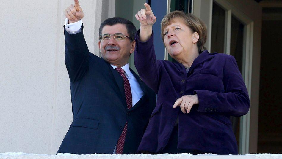 Vorwärts kommen wollen sie bei den Verhandlungen heute in Brüssel: der türkische Ministerpräsident Ahmet Davutoglu und Kanzlerin Angela Merkel