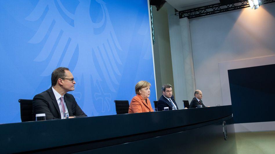 Nach dem Gipfel ist vor dem Lockdown: Kanzlerin Merkel mit Kollegen am Sonntag in Berlin vor der Presse