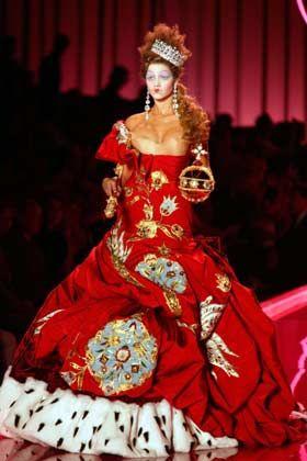 Königin im Geiste: Rubinrote Robe mit Nerzimitatbesatz