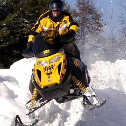 Mit Vollgas über die Hügel: Das Fahren mit dem Schneemobil ist in der Große-Seen-Region eine der Lieblingsbeschäftigungen der erwachsenen Bevölkerung
