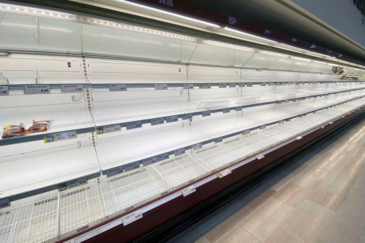 Geschäfte teils ausverkauft: In Pioltello, nahe Mailand sind die Regale in den Supermärkten leer