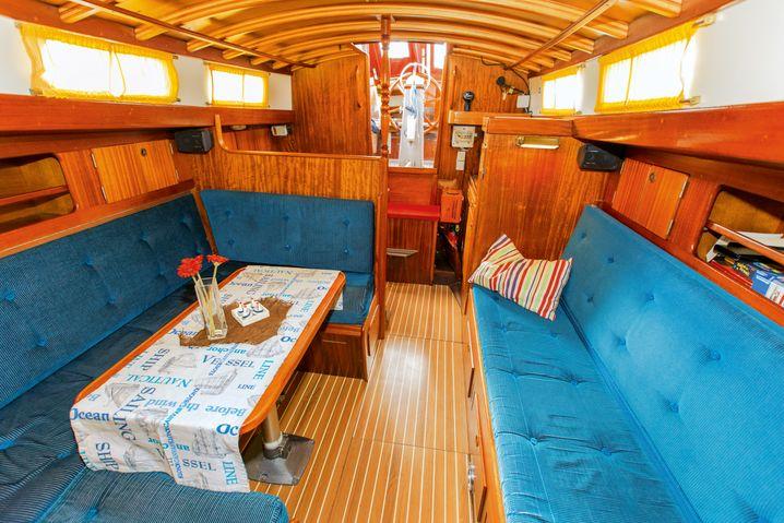 Alt, aber gepflegt: Der Salon hat viel Holz und teils noch originale Polster