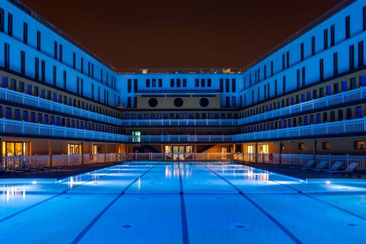 """Fenster zum Bassin: Das 5-Sterne-Hotel Molitor Paris by MGallery war ein das angesagteste Schwimmbad von Paris. Eröffnet wurde es seinerzeit von """"Tarzan"""" und Sportschwimmer Johnny Weissmuller."""