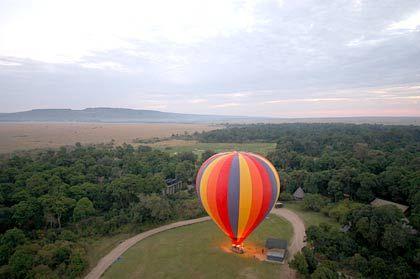 Blick zurück: Während der erste Ballon bereits in den afrikanischen Morgenhimmel entschwebt, steigt auch der Zweite auf