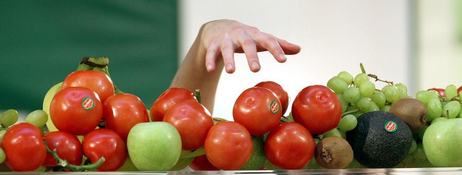 Der gesunde Griff: Rot ist frisch, rot ist gut - das wissen wir intuitiv. Leider kennen auch Gummibärchen- und Ketchuphersteller diesen Reflex.