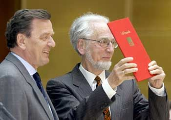 Ehrung: Übergabe des Gustav-Heinemann-Bürgerpreis, den Eppler zuvor von Gerhard Schröder überreicht bekommen hatte. Die Auszeichnung erinnert an den ersten sozialdemokratischen Bundespräsidenten