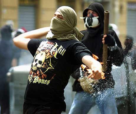 Verteidigungskurse gegen Tränengas: Demonstranten in Aktion (Genua 2001)