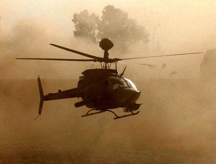 Iraqi Freedom: Ein amerikanischer Helikopter landet im irakischen Mossul