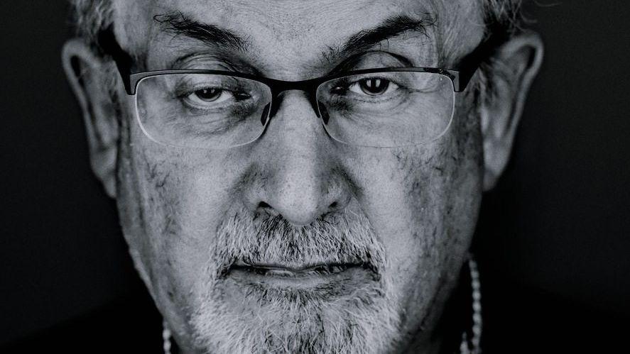 """Salman Rushdie Der britisch-indische Schriftsteller ist vor allem für sein Werk """"Die satanischen Verse"""" bekannt. Aufgrund des Buchs erließ der iranische Geistliche Ajatollah Khomeini 1989 eine Fatwa, in der er zu Rushdies Ermordung aufrief. Rushie hat 16 weitere Bücher geschrieben, darunter """"Mitternachtskinder"""", das mit dem renommierten Booker-Preis ausgezeichnet wurde. Sein aktuelles Werk heißt """"Zwei Jahre, acht Monate und achtundzwanzig Nächte""""."""