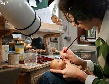 Mit Werkzeugen aus der Urzeit der Puppe: Käthe-Kruse-Puppenproduktion in Donauwörth