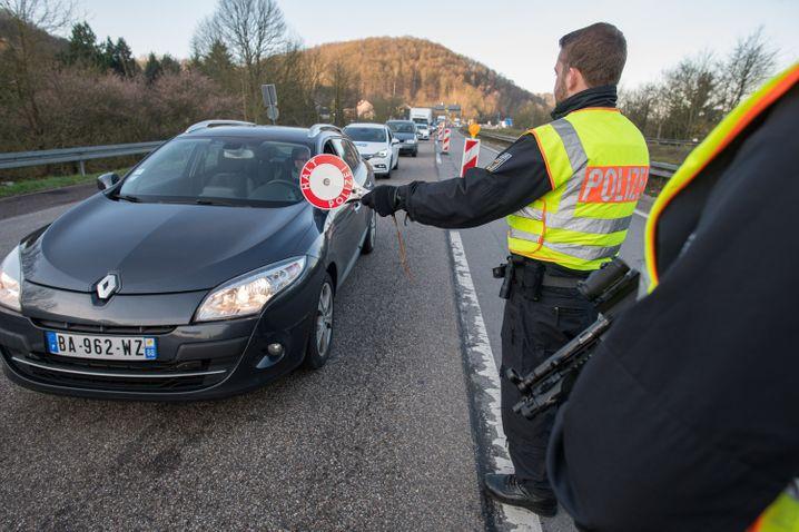 Grenzkontrollen: Beamte der Bundespolizei halten ein Auto an, das aus Frankreich nach Deutschland einreist.
