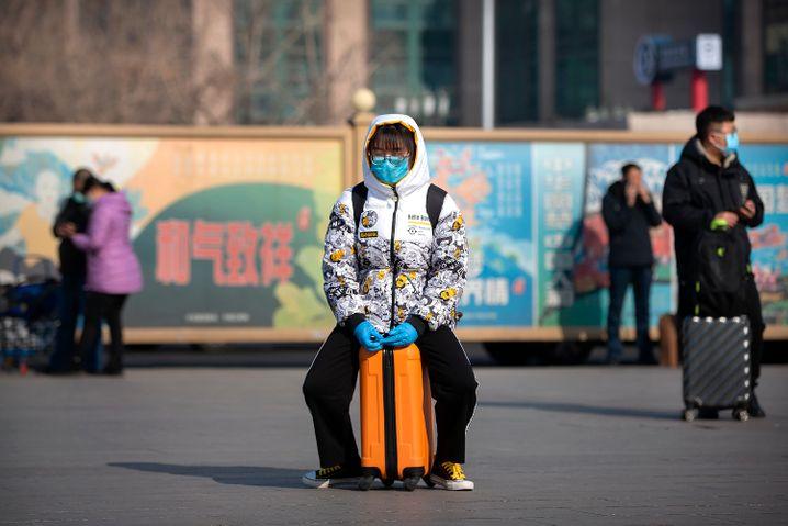 Reisende in Peking am Bahnhof