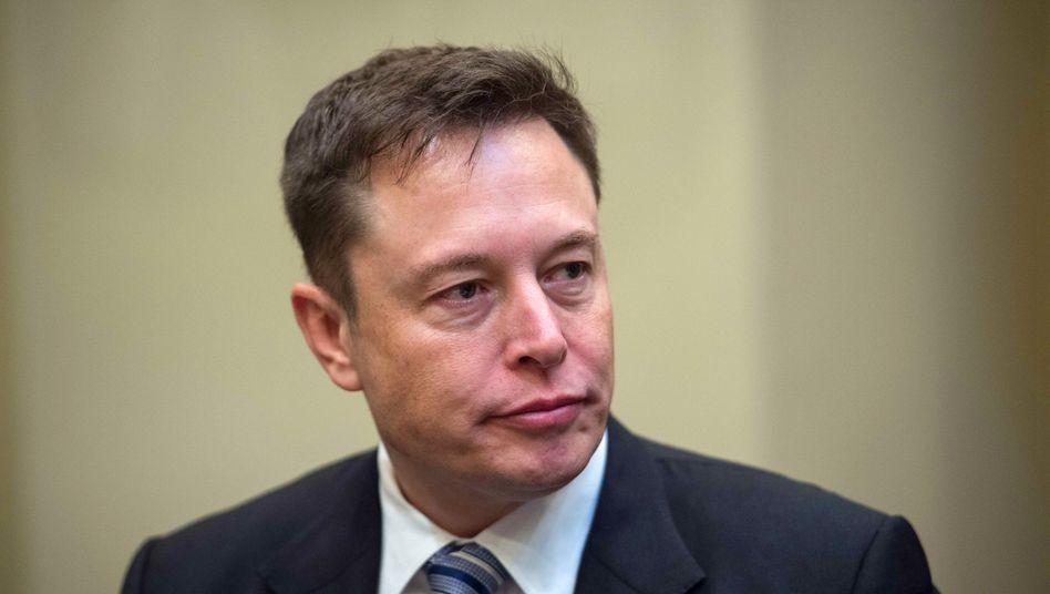 Tesla-Chef Elon Musk sieht sich beim Aufbau einer Massenproduktion für das Model 3 gut im Zeitplan