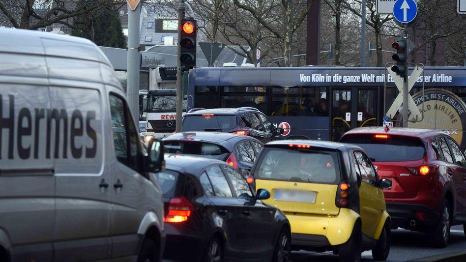 Autoschlange in Köln: Die Stadt muss nun ebenfalls Fahrverbote einführen