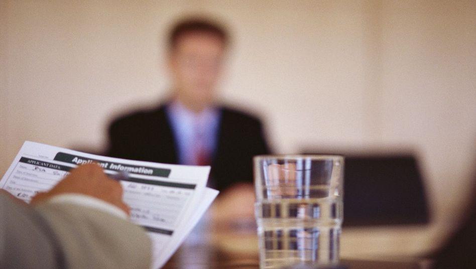 Erste Reaktionen: Ein anonymes Bewerbungsverfahren sei zu zeitaufwändig, zu teuer, zu kompliziert und führe zu überflüssigen Vorstellungsgesprächen