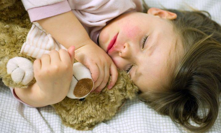 Schlafen ist sehr verlockend. Aber beim Pendeln sollten Sie es trotzdem lassen.