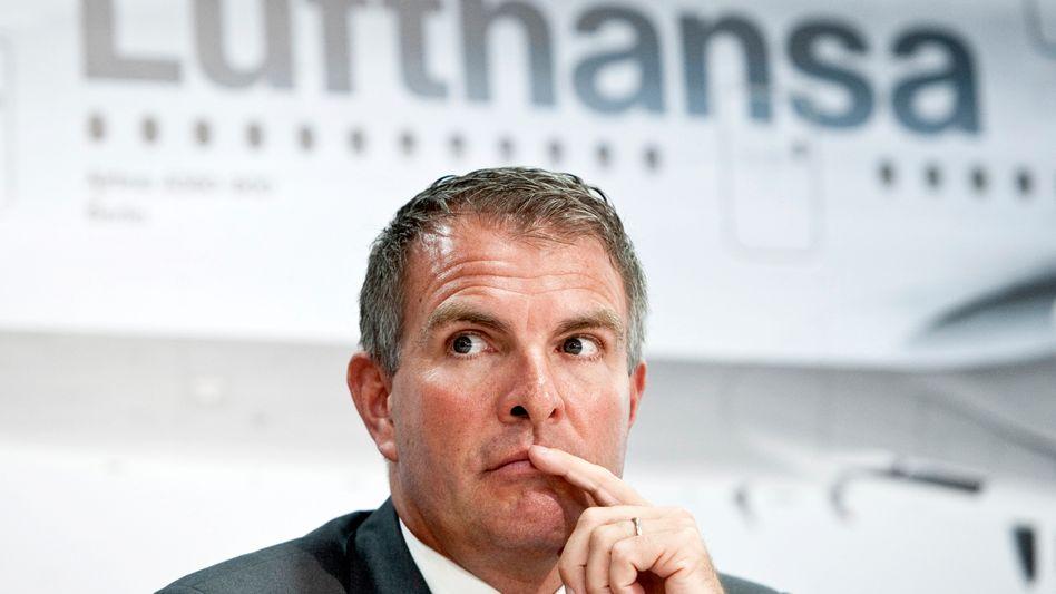 Mit einem harten Sparkurs will Lufthansa Passage-Chef Carsten Spohr gegen den Wettbewerber Emirates auf der Langstrecke und Billiganbieter auf kürzeren Strecken in Europa bestehen