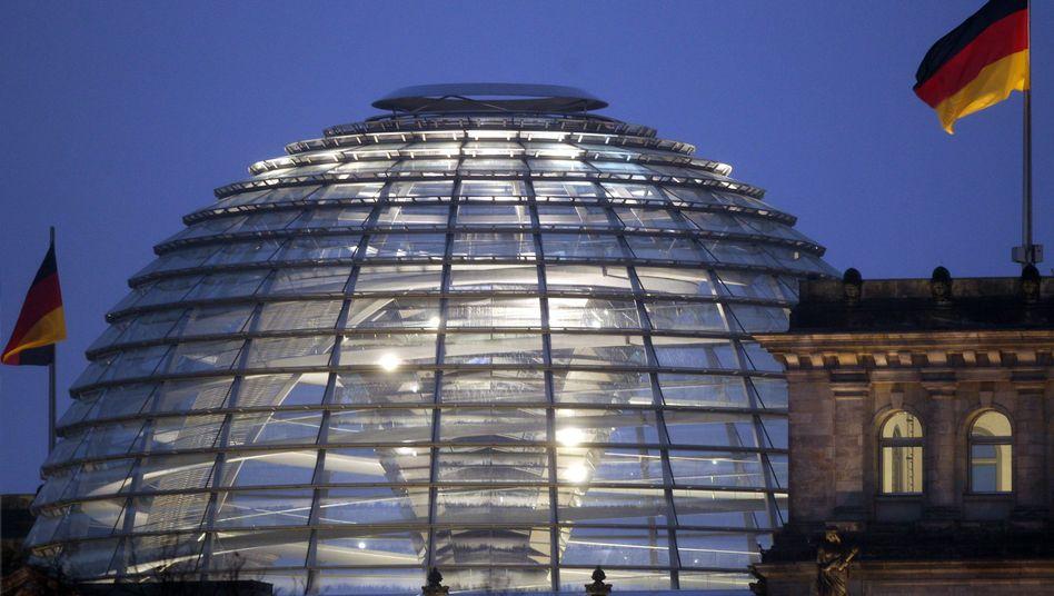Reichstagsgebäude: Im Jahr 2006 kassierte der Bund 13 Sozialbeiträge - doch nun sitzt die Rentenkasse wieder auf einem Milliardenpolster, und die Vorfälligkeitsregel könnte fallen