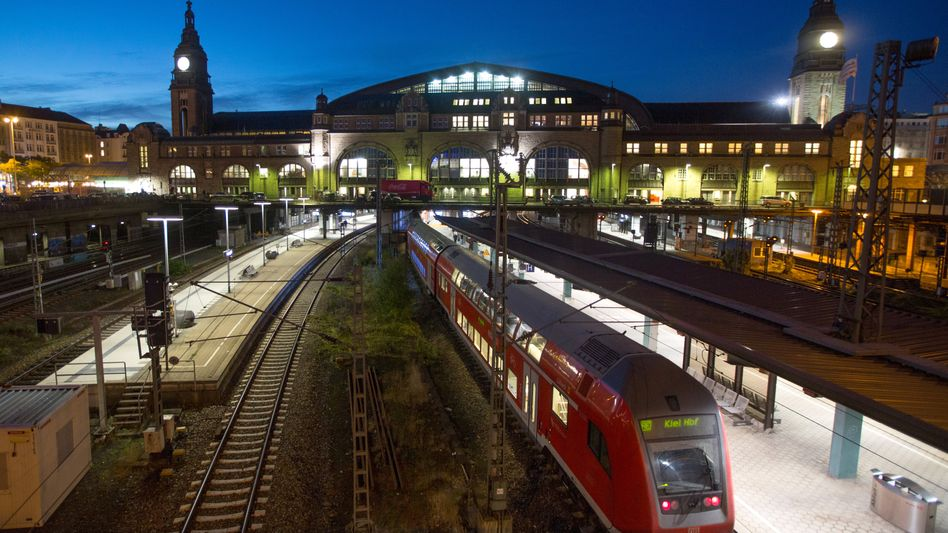 Nahverkehrszug am Hamburger Hauptbahnhof: Die S-Bahn wird in die Statistik mit eingerechnet und entlastet diese durch ihre kurzen Strecken und die vielen Fahrten
