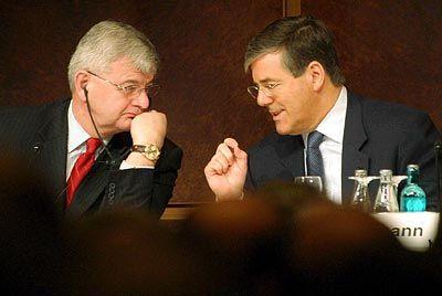 """Versteht sich auf die Sprache der Kleider: Außenminister Fischer beim """"European Banking Congress 2003"""" mit Deutsche-Bank-Chef Ackermann in der Frankfurter Alten Oper"""