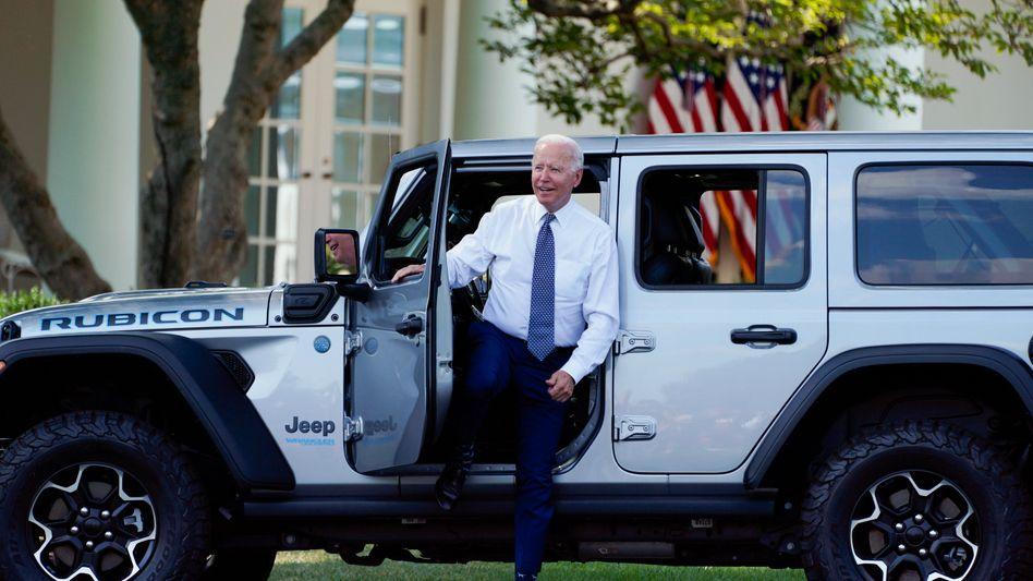 Car Guy: US-Präsident Joe Biden, eigentlich als passionierter Bahnfahrer bekannt, nach einer Probefahrt mit dem Plugin-Hybrid Jeep Wrangler von Stellantis am Donnerstag vor dem Weißen Haus