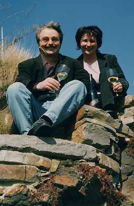 Scherte sich einen Teufel um die Öchsle-und Zucker-Nomenklatur des deutschen Weinrechts: Reinhard Löwenstein mit seiner Frau Cornelia Heymann