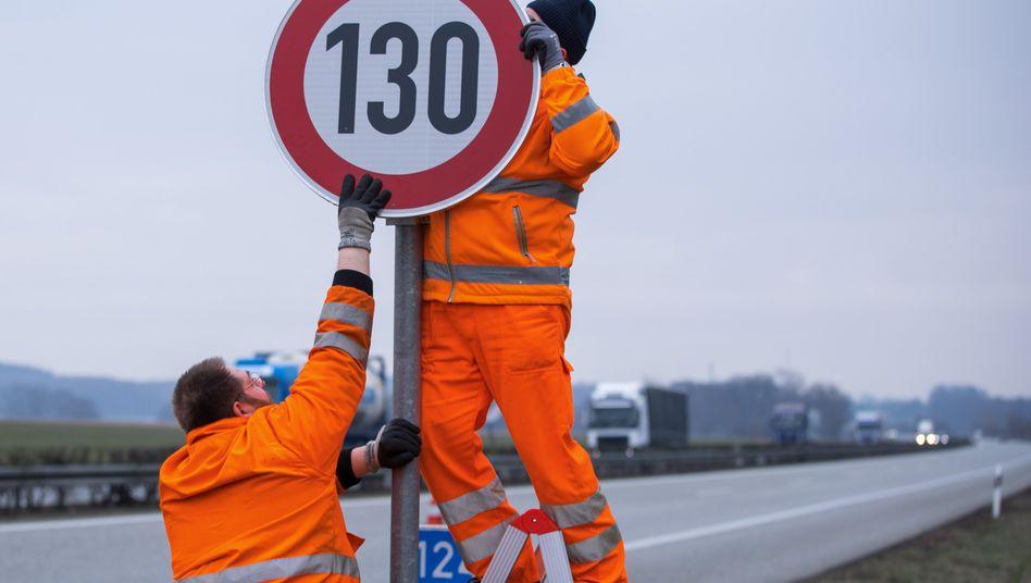 130 auf der Autobahn: Ein Tempolimit so wie hier auf der A24 in der Nähe von Suckow (Mecklenburg-Vorpommern) ist auf deutschen Autobahnen keineswegs selbstverständlich.