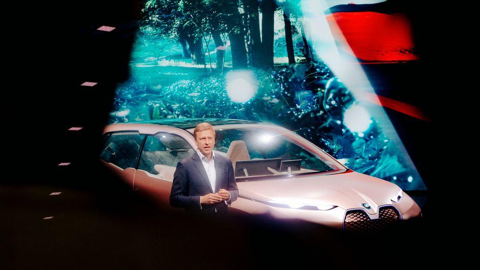 Der CEO von BMW Oliver Zipse bei einer Pressekonferenz auf der Internationalen Automobilausstellung (IAA)
