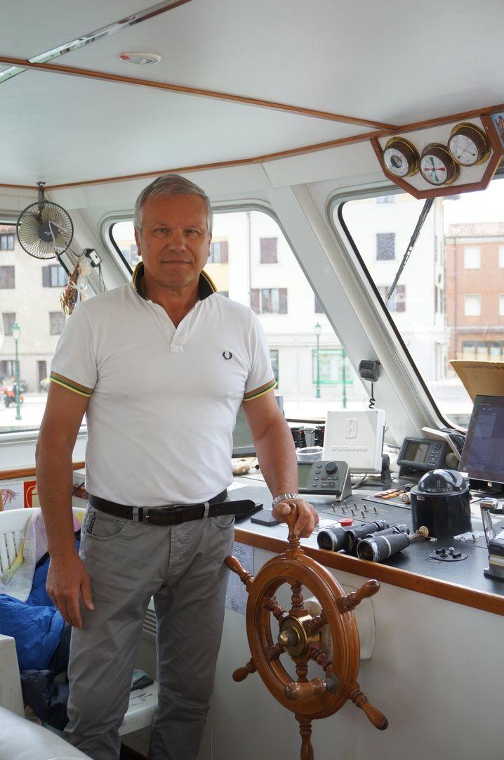 """Paolo Daveggia ist Kapitän des Ausflugsschiffs """"Nuova Cristina"""" in Grado"""