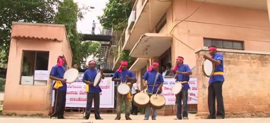 Die Steuer-Trommler von Indien: Wer nicht zahlt, wird vor den Nachbarn bloßgestellt