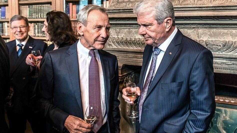 ZENTRALE FIGUR Herbert Henzler (vorn links) hört man gern zu. Hier nimmt SAP-Mitgründer Dietmar Hopp eine Kostprobe.