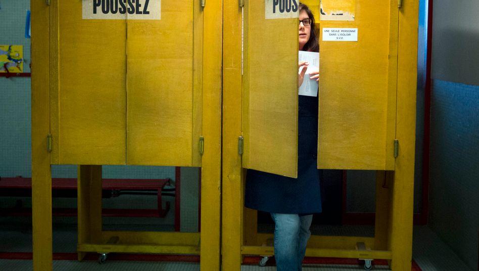 Hohe Wahlbeteiligung, knapper Ausgang: Die Schweizer haben in einer Volksabstimmung für eine begrenzte Zuwanderung von Ausländern gestimmt