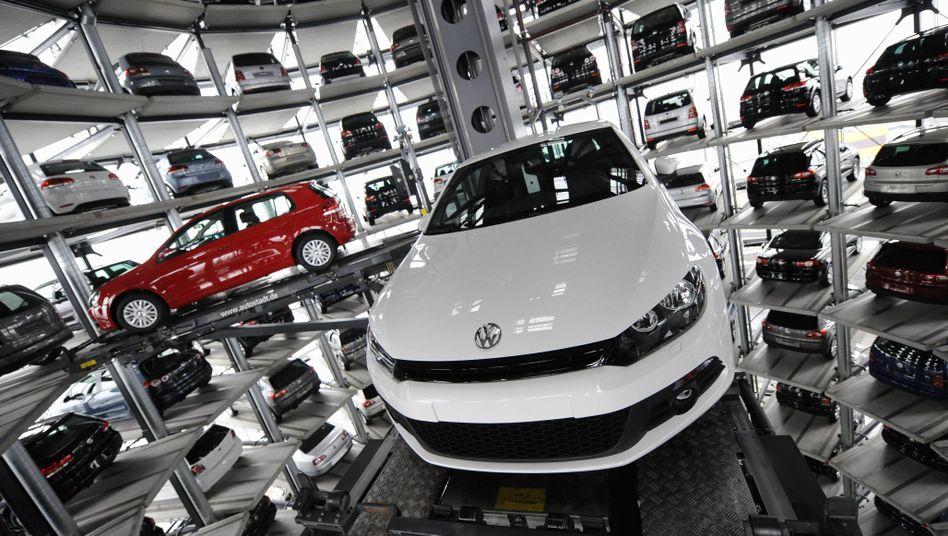 VW Golf VI (l.) und VW Scirocco: In großen Städten künftig vielleicht Konkurrenz durch Zweiräder
