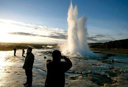 Geysir auf Island: Die DekaBank verklagt die Regierung auf Schadensersatz in Millionenhöhe