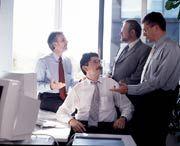Plattform: Geschäftsreisen buchen, Informationen austauschen, Wissen der Mitarbeiter zusammenführen - 300.000 Siemens-Angestellte kommunizieren derzeit über das Siemens-Intranet. Erste Ansätze des Systems, das Informationsmanager Claus Jaekel (vorn) und seine Kollegen betreiben, gab es bereits 1995.